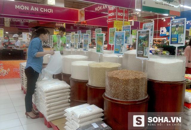 Gạo dược liệu cũng đang được bày bán trong các siêu thị lớn và thu hút được nhiều khách hàng (ảnh: Tuệ Chiến)