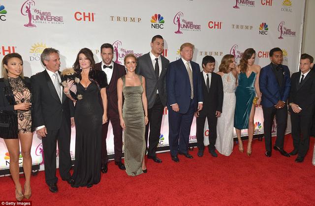 Manny Pacquiao (thứ 5 từ phải sang) bên cạnh các nhân vật nổi tiếng tới dự Chung kết Hoa hậu hoàn vũ 2015