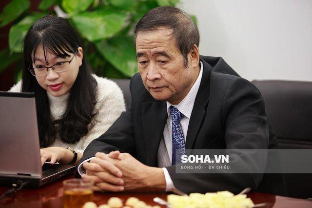 Lương y Nguyễn Hữu Khai đang trả lời giao lưu trực tuyến.