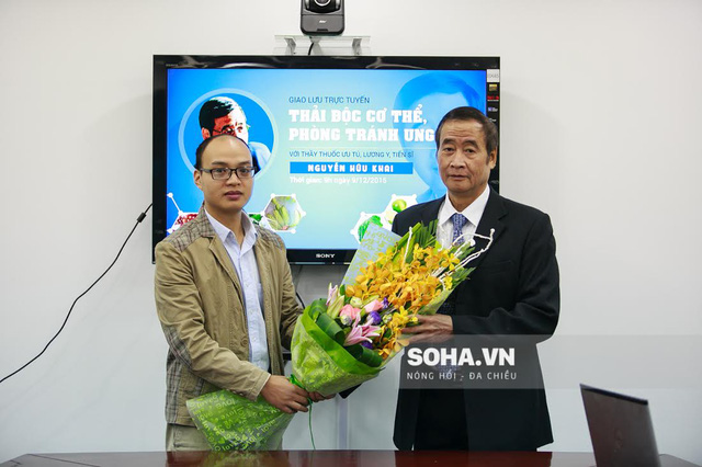 Đại diện báo Điện tử Trí Thức Trẻ tặng hoa Tiến sĩ, Thầy thuốc ưu tú Nguyễn Hữu Khai.