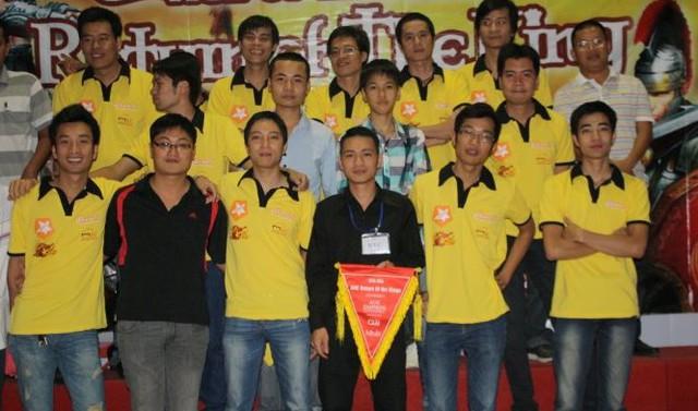 Gman cùng các game thủ trong đoàn AOE Việt Nam năm 2011.