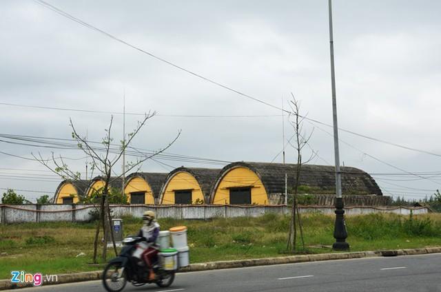 Khu nhà để tàu bay tại sân bay Nước Mặn nhìn từ phía đường Võ Nguyên Giáp. Ảnh: Đ.Nguyên/ Zing.vn.