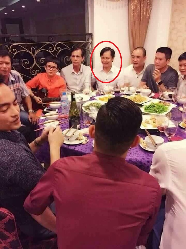 Bố Hồ Ngọc Hà ngồi giữa nhạc sĩ Phương Uyên (áo màu cam) và đại gia Khoa (sát bên phải)