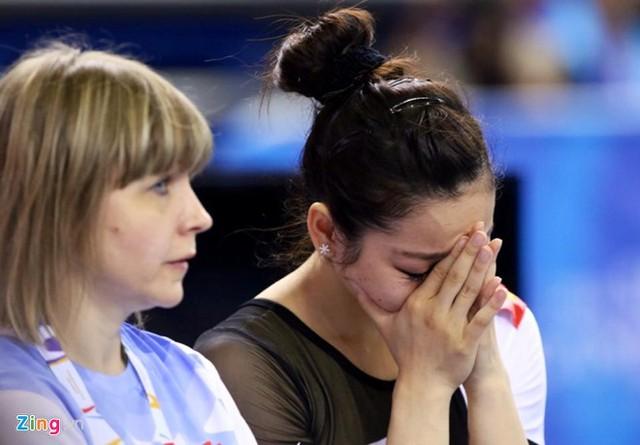 Phan Thị Hà Thanh, nữ hoàng TDDC Việt Nam đã bật khóc khi thi đấu không thành công trong ngày ra quân tại SEA Games 28. Dù ghi điểm tuyệt đối ở nội dung cầu thăng bằng với 14,4 điểm nhưng Hà Thanh vẫn không thể giúp đội tuyển Việt Nam giành huy chương. Hà Thanh mắc lỗi ở nội dung xà lệch và nhảy chống khi tiếp đất khiến đội mất khá nhiều điểm
