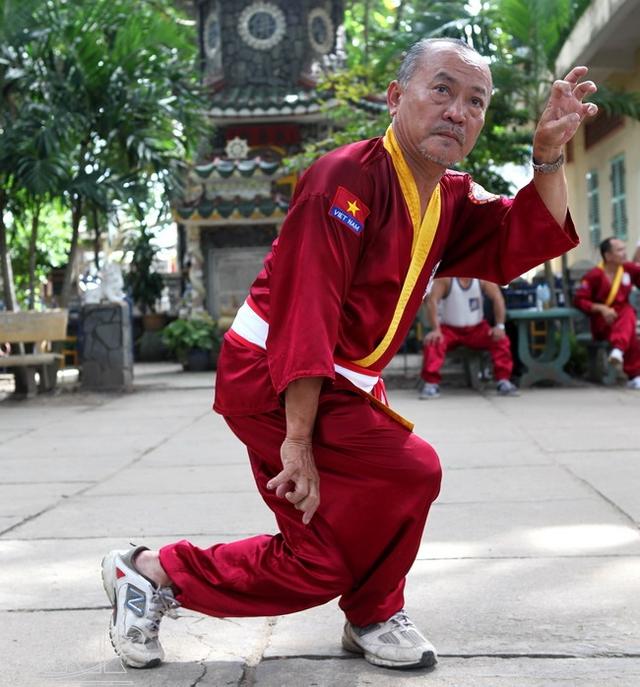 Võ sư cao cấp Hà Trọng Ngự (Chưởng môn phái võ Ta - Tây Sơn Bình Định và là đệ tử của cố võ sư Hà Trọng Sơn) thi triển một đòn thế của Quyền ba chân hổ.