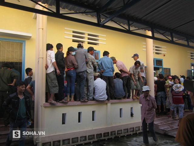 Hàng trăm người dân ở địa phương đến theo dõi phiên tòa