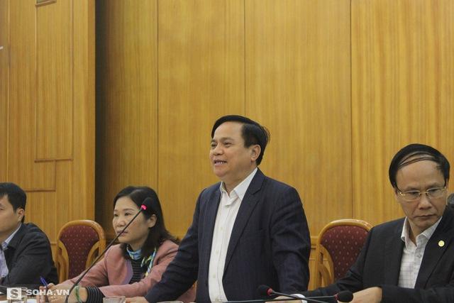 Ông Lê Văn Hoạt, Phó Chủ tịch HĐND TP Hà Nội (đứng) điều hành buổi họp báo.