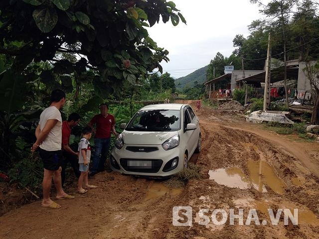 Những người dân bản đang cố công giúp chiếc xe của chúng tôi thoát khỏi vũng lầy