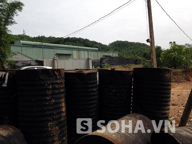 Nhiều thùng hóa chất được vứt lăn lóc ngoài khuôn viên khu nhà xưởng, không được bảo vệ đúng mực