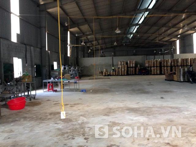 Bên trong khu nhà xưởng được quảng cáo là công nghệ cao chỉ là bạt ngàn những thùng hóa chất cùng các thiết bị sang chết thô sơ (ảnh tư liệu)