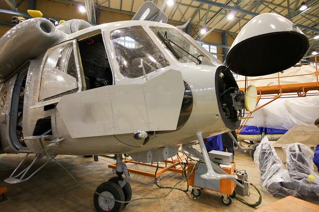 Biến thế Mi-17V-5 được trang bị 2 động cơ TV3-117BM mạnh hơn cùng buồng lái thế hệ mới, máy bay có khả năng chở được 36 người hoặc 4 tấn hàng hóa.