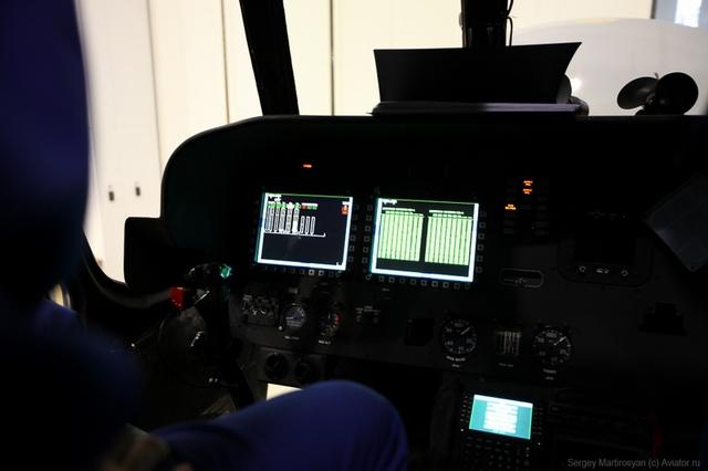 Buồng lái hiện đại của trực thăng, tuy nhiên chiếc quạt cóc truyền thống vẫn còn xuất hiện.