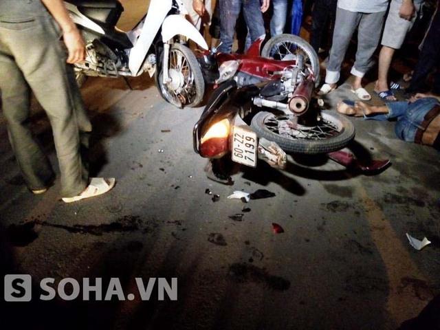 Cả hai chiếc xe máy đều méo mó, nhiều phần vỡ vụn.