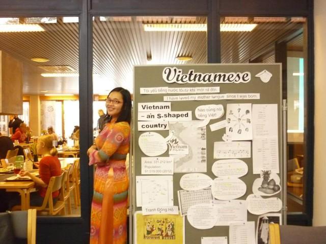 Hồng Nhung tại buổi giới thiệu tiếng Việt trong ngày Quốc tế tiếng mẹ đẻ ở trường