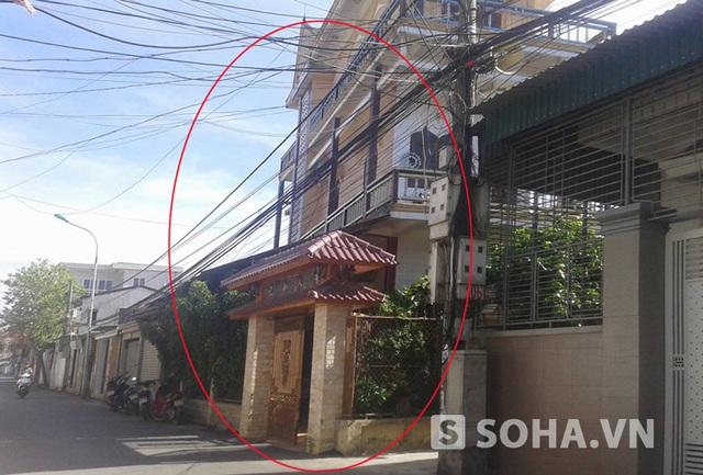 Nhà ở của ông Đặng Hồng Tư bị cảnh sát khám xét và phát hiện 75kg hồ sơ thương binh giả.