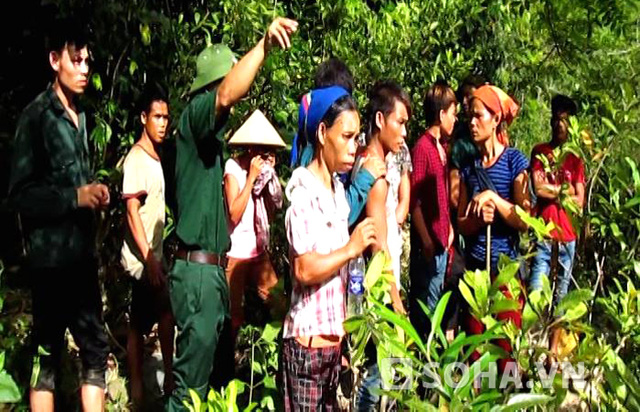 Lực lượng biên phòng cùng cán bộ xã Tam Hợp đã vào trấn an để người dân bớt lo sợ và tiếp tục vào rừng để làm việc.