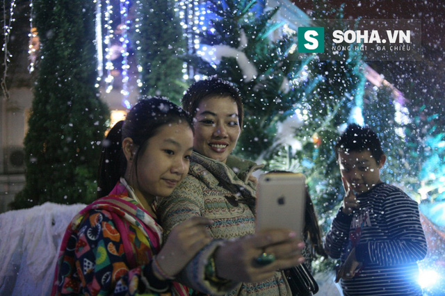 Ngay từ chập tối, hàng trăm bạn trẻ đã đổ về công viên nước Hồ Tây để ngắm tuyết rơi và chụp ảnh lưu niệm. Mọi người háo hức chụp ảnh, tạo dáng