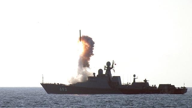 Tàu Dagestan phóng tên lửa trong 1 cuộc tập trận vào năm 2012.