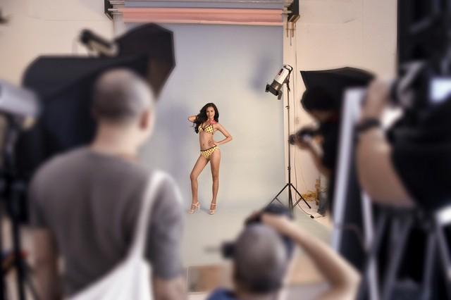 H'Ăng Niê – Top 38 Hoa hậu Việt Nam 2014 khoe làn da khoẻ khoắn, ấn tượng trong buổi chụp hình với áo tắm.