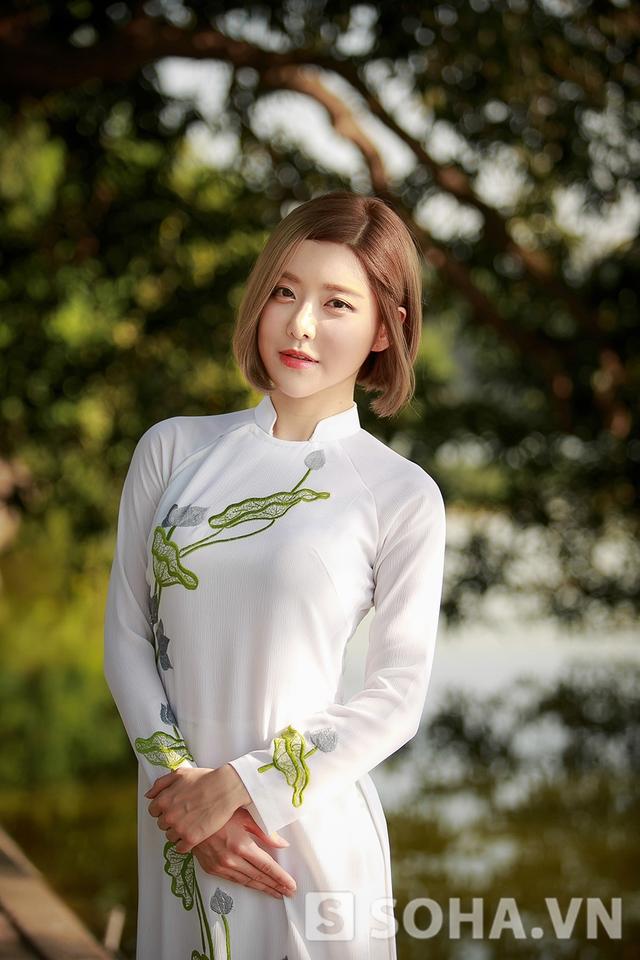 Vì vậy, dù lịch trình bận rộn, cô vẫn tranh thủ ghi lại những khoảnh khắc đẹp khi khoác lên mình tà áo tinh khôi, truyền thống.