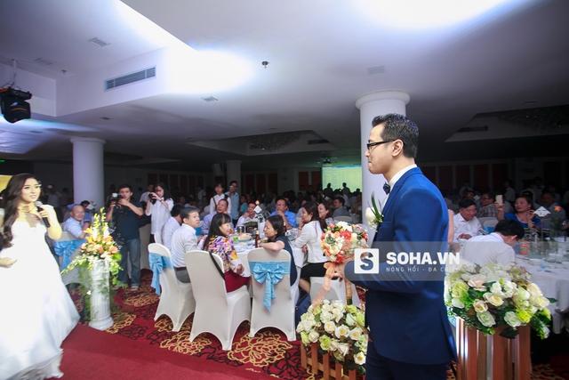 Chú rể đón cô dâu ở phía trong hội trường trước sự cổ vũ của toàn bộ khách mời có mặt trong lễ cưới.