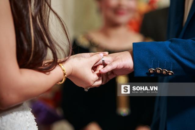 Cặp đôi Hải Linh - Bảo Trâm trao nhẫn cưới cho nhau.