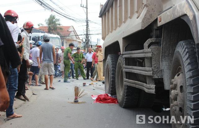 Vụ tai nạn khiến thi thể người đàn ông mắc kẹt dưới bánh xe ben
