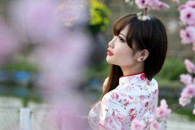 Không chỉ được nhớ đến với nick name Thỏ khủng long trong những vai diễn nhí nhảnh, Hường Hana còn là MC, người mẫu, ca sĩ vừa tham gia đóng phim.