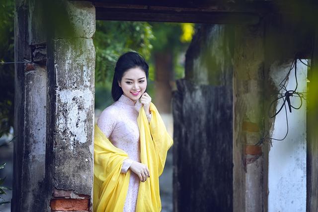 Mái tóc dài mượt mà, đen nhánh cũng là nét đặc trưng tô điểm thêm cho nhan sắc của Hoa hậu. Trong khi các mỹ nhân Việt khác đều tác động nhiều đến mái tóc thì Ngọc Anh vẫn giữ nguyên mái tóc dài óng ả.