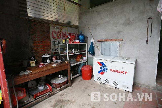 Khu bếp của gia đình Đức Vĩnh. Bảng hiệu cơm phở cũ vẫn còn đặt trong bếp dù nhà đã dừng kinh doanh.