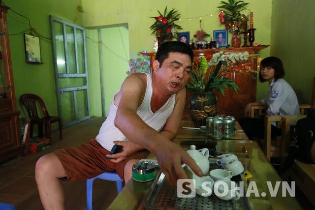 Anh Tuấn, bố của Đức Vĩnh, vui mừng khi đón tiếp chúng tôi trong căn phòng khách.