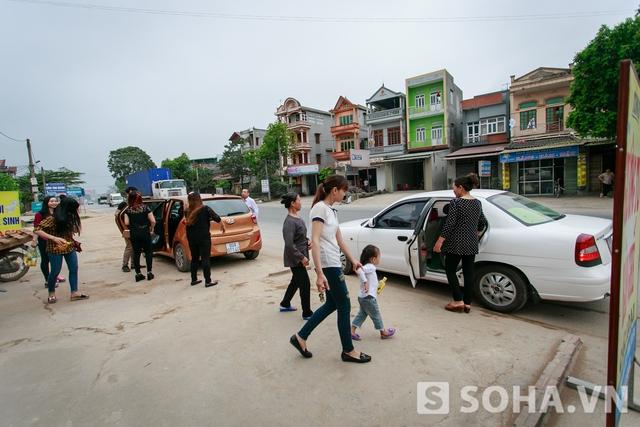 5h chiều, cả gia đình ra sân bay đón Vĩnh. Xe ô tô do những người quen của gia đình cho mượn.
