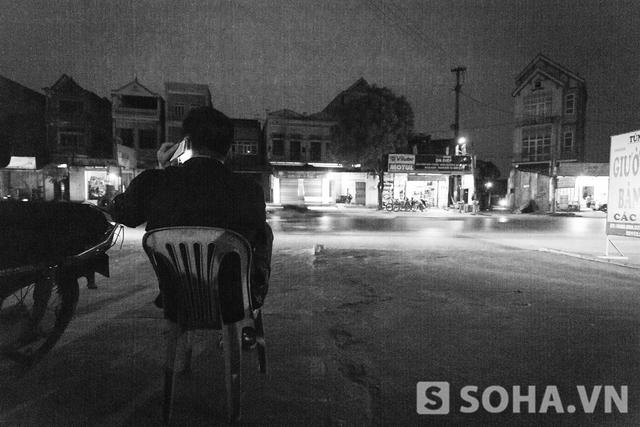 Ở nhà, bố của Vĩnh đứng ngồi không yên. Ở trong nhà sốt ruột, anh Tuấn lại mang ghế ra đường ngóng con.