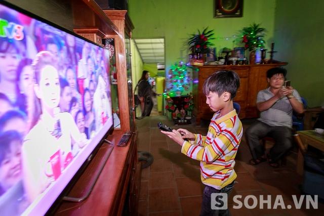 Sau đó, thần đồng lấy ngay điều khiển để chuyển đến tiết mục em trình diễn ở cuộc thi. Chiếc tivi này được mua bằng chính tiền cát-xê đi diễn của Vĩnh.