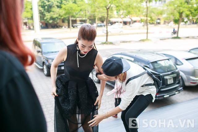 Chiếc váy khiến Trương Ngọc Ánh gặp khó khăn trong việc di chuyển.
