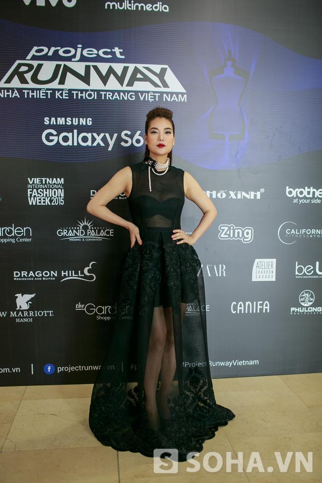 Nữ giám khảo duy nhất của chương trình xuất hiện với một chiếc đầm đen ren mỏng khá gợi cảm.