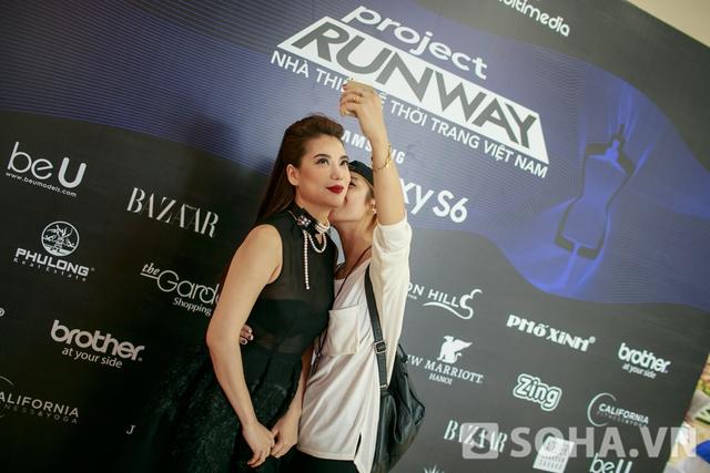 Cô chụp ảnh cùng fan hâm mộ.