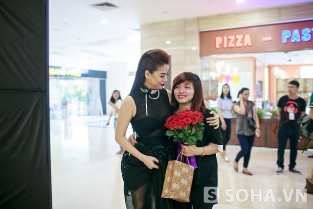 Ngay khi xuất hiện,cô đã nhận được hoa từ người hâm mộ.