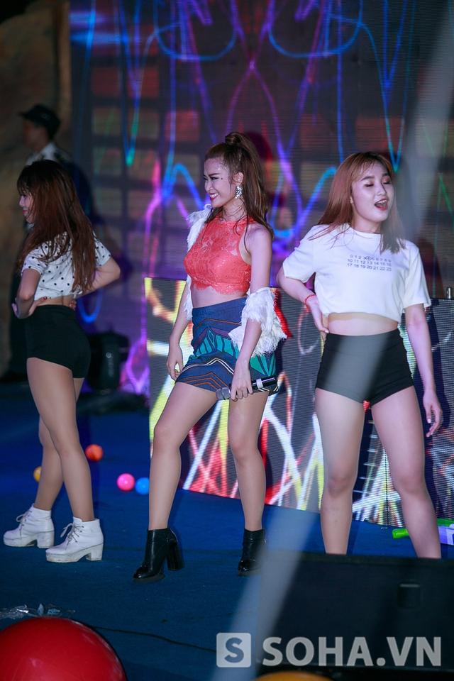 Quán quân The Remix Đông Nhi cũng góp mặt với hàng loạt các bản hit cô đã biểu diễn trong The Remix.