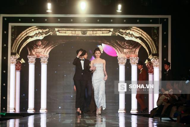 Mở màn show diễn, Hạ Vy trong tạo hình nam tính dắt tay 1 mẫu nữ bước ra chào khán giả.