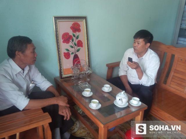 Ông Lại Linh Cương (bên phải) - Hiệu trưởng Trường Phổ thông Dân tộc Bán trú Tân Lập, Bắc Quang, Hà Giang gửi lời cảm ơn chân thành đến đoàn từ thiện.
