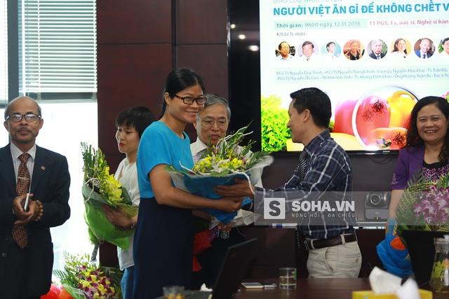 Nhà báo Bùi Ngọc Hải (bìa phải) trao hoa cho khách mời