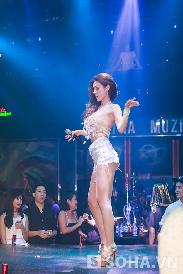 Cô khéo léo phô diễn đường cong cơ thể trên sân khấu.