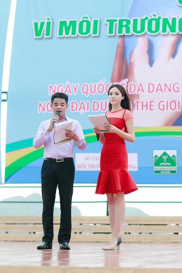 Tại đây, với vai trò MC, người đẹp 19 tuổi đã gửi đi rất nhiều thông điệp có ý nghĩa tới những tình nguyện viên và người dân.