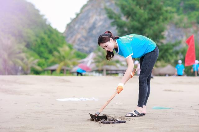 Sau khi hoàn thành vai trò của người dẫn dắt, Kỳ Duyên nhanh chóng thay quần áo đơn giản để cùng mọi người tiến hành làm sạch môi trường biển.