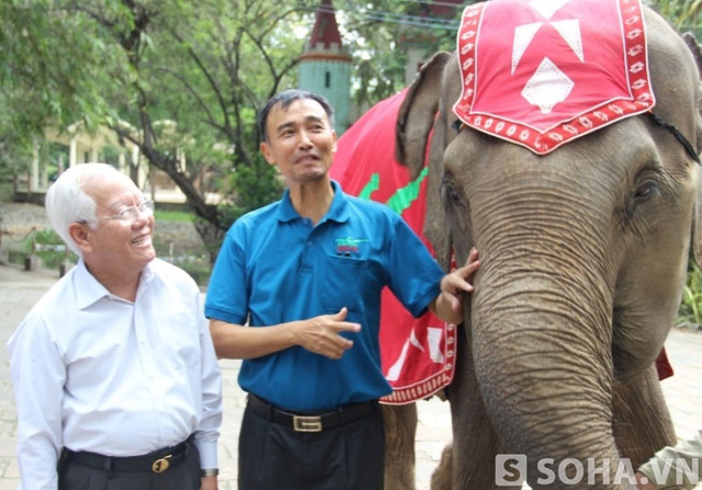 Chủ tịch Lê Hoàng Quân đi thăm một số loài động vật khác trong Thảo cầm viên Sài Gòn