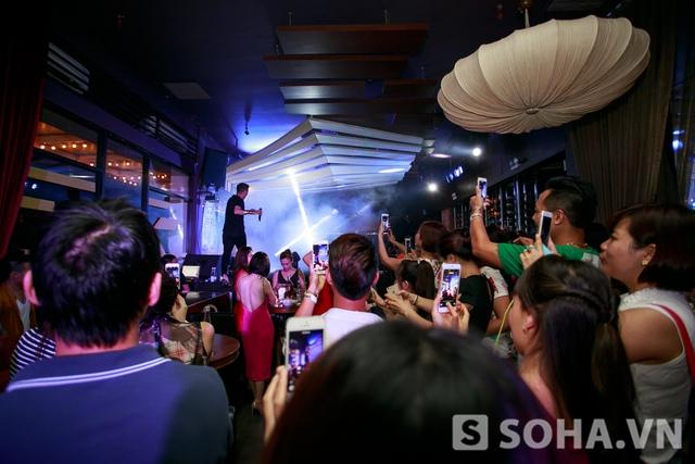 Khi anh xuất hiện là đồng loạt khán giả trong quán giơ điện thoại lên chụp lại ông hoàng nhạc Việt.