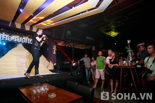 Trong buổi mini show còn có sự xuất hiện của khá nhiều khán giả nước ngoài nên anh đã dành riêng một vài bài hát tiếng anh dành tặng cho các vị khách.