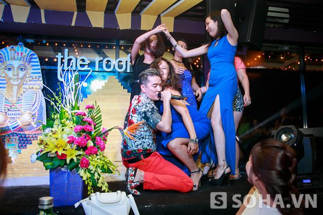 Sau đó đã có một nhóm những khán giả nữ lên sân khấu để nhảy cùng với anh,trái với các ca sĩ khác,Mr Đàm cũng hòa vào vũ điệu của các cô gái lên sân khấu cùng mình.