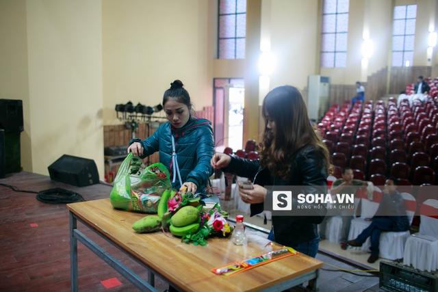 Ở bên trong hội trường, các nghệ sĩ đang chuẩn bị mâm cúng tổ.